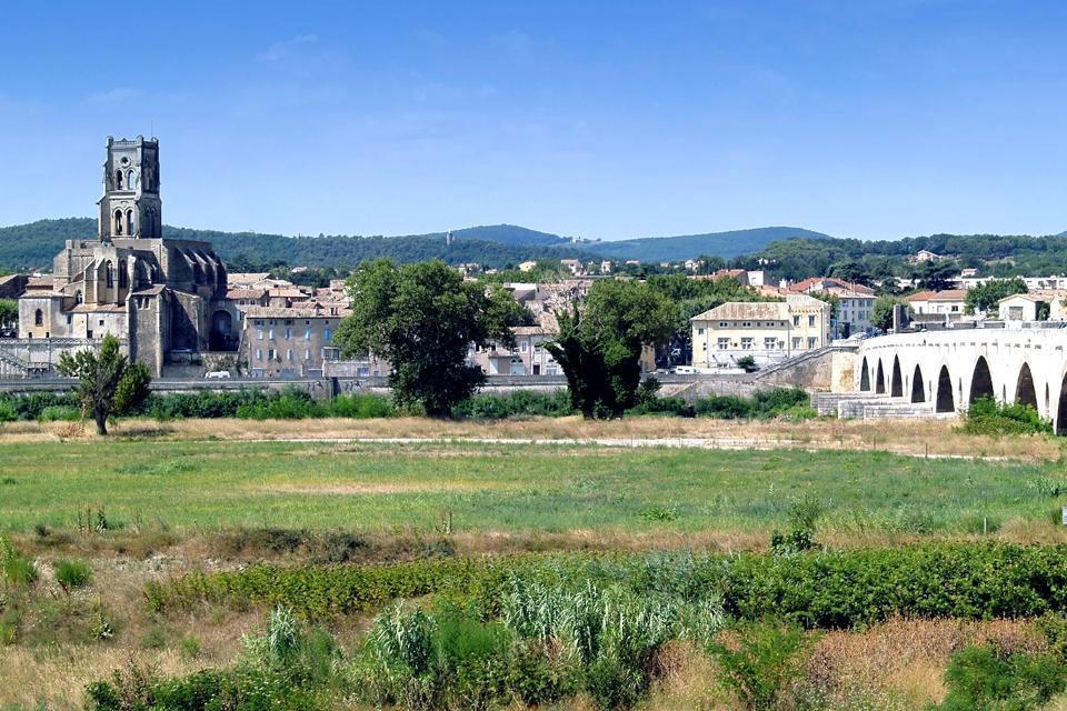Pont-Saint-Esprit est une ville appartenant au département du Gard dans la région Languedoc-Roussillon. La commune est facilement accessible puisqu'elle est desservie par les routes, l'autoroute, l'avion (aéroport Avignon Caumont/aéroport Nîmes Arles Camargue/aéroport Marseille Provence) et par le train (gares SNCF de Valence et Avignon Courtine). Cette ville culturelle accueille un bon nombre de ...