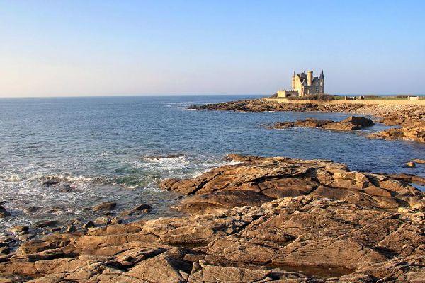 Cette magnifique péninsule bretonne est située dans le département du Morbihan. Cette petite ville dispose de 10 belles plages, célèbres pour leur sable blanc. Quiberon est connue pour sa côte ouest, appelée la Côte Sauvage et célèbre tant pour ses belles falaises que pour sa flore très variée. Elle est également appréciée pour les paysages de la Pointe de Conguel, idéale pour la randonnée; la grande ...