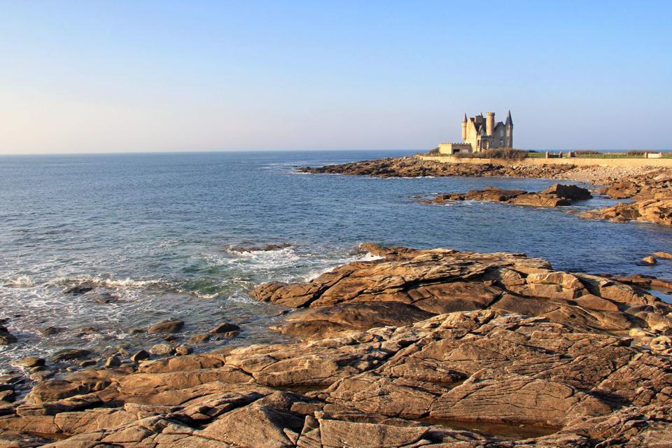 Esta preciosa península de Bretaña en la provincia de Morbihan Esta pequeña ciudad cuenta con 10 preciosas playas, famosas por su arena blanca. Quiberon es conocida por su costa oeste llamada la Côte Sauvage con preciosos acantilados y una flora muy variada. También se aprecian los paisajes de la Pointe de Conguel ideal para las caminatas, la grande plage de Quiberon (la gran playa frente a Belle-Ile-En-Mer), ...