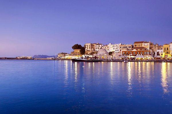 Capital de Creta hasta 1971, y una de los cuatro departamentos de la isla junto con Heraklion, Aghios Nikolaos y Rethymon, Chania se encuentra en la costa noroeste de la isla. Con 52.000 habitantes, la ciudad está comunicada por un aeropuerto internacional. Su encanto característico de la época veneciana, ilustrado por las murallas de la ciudad, también está impregnado de colores orientales heredados ...