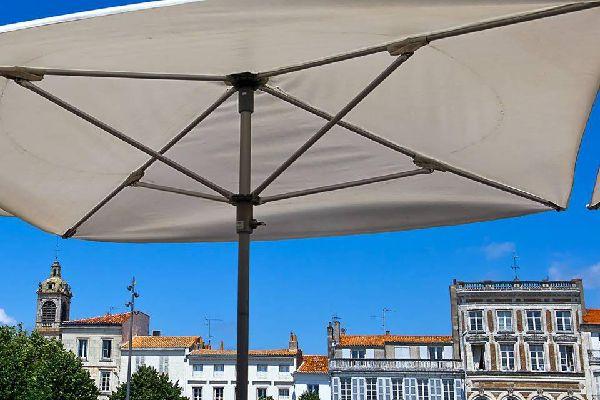 Idéalement située entre La Rochelle et Royan, la ville de Rochefort possède un riche patrimoine culturel, l'un des plus riches de la Charente-Maritime, ce qui lui a valu d'être classée ville d'art et d'histoire. Elle abrite de nombreux musées comme celui de la Marine ou de la Nacre. Entre Rochefort et la ville d'Echillais, au-dessus de la Charente que se dresse l'ultime Pont Transporteur de France. ...