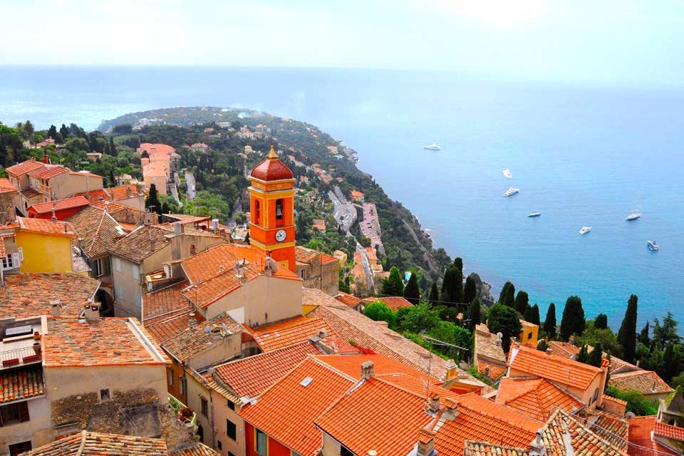 Roquebrune-Cap-Martin est une petite commune située dans les Alpes-Maritimes, où il est agréable de séjourner. La ville est séparée en deux parties distinctes : le village perché et la ville. Le village perché est situé à 225 mètres d'altitude, le vieux village typiquement médiéval est bâti autour du château. La partie de la ville se divise pour sa part en trois zones : le Cap-Martin, la partie touristique, ...