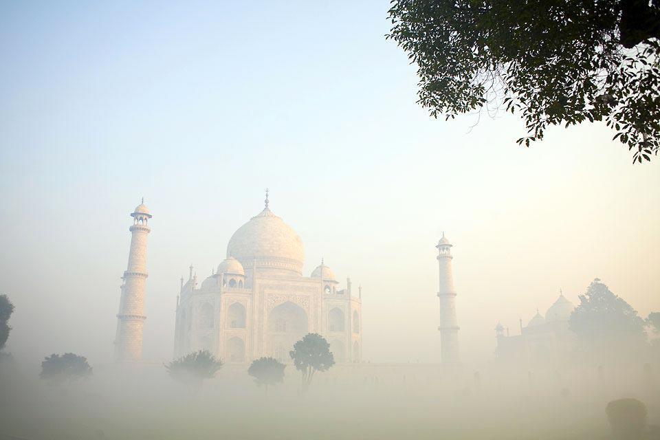 Même si Agra ne fait pas partie du Rajasthan, cette ville est le point de départ où plus souvent, la finalité d'un circuit au Rajasthan. Situé à 200 kilomètres au sud de Delhi, ce lieu mythique doit sa notoriété au Taj Mahal, célèbre palais construit par l'empereur Shah Jahan par amour pour sa femme. A découvrir aussi, le majestueux Fort Rouge et Sikandra, le mausolée de l'empereur Akbar. Une ou deux ...