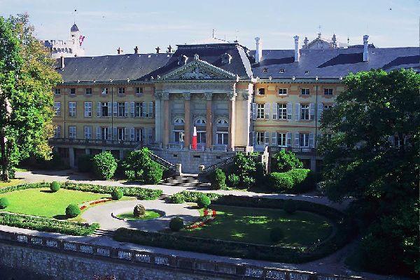Dieses Schloss war von 1295 bis 1563 der Hauptsitz der Herrscherdynastie von Savoyen. Von 1511 bis 1527 wurde in der Kapelle das Turiner Grabtuch aufbewahrt. Heute befindet sich hier eine Nachbildung dieser Reliquie.