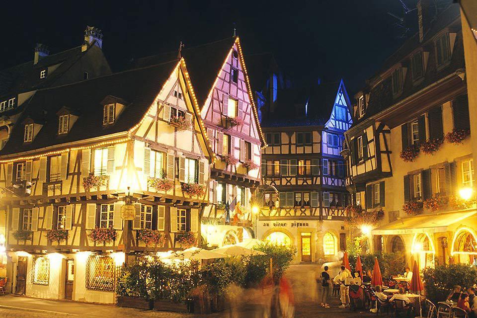 Il mercatino di Natale di Colmar è suddiviso in quattro parti. Le sontuose decorazioni che lo accompagnano, nonché la qualità dei prodotti, lo rendono uno dei più famosi di Francia.