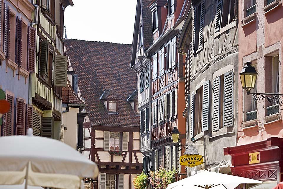 Las numerosas callejuelas de Colmar te invitan a relajarte. Los restaurantes suelen preparar especialidades locales, que te ayudarán a recuperar las fuerzas tras un largo día de paseos.