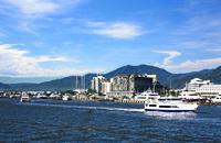Petite ville agréable de 130000 habitants, Cairns est un excellent point de départ pour découvrir la grande barrière de corail (avec Townsville, plus au sud). Offrez-vous un survol de la grande barrière en hélicoptère (avec retour en bateau, c'est moins cher). Faites la tournée des pubs du début du siècle dans le centre de Townsville. Partez sur Magnetic Island à partir de Townsville, mais également ...