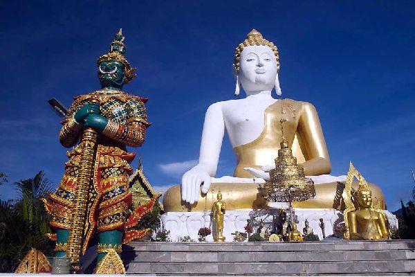 Chiang Mai, la mitica e più importante città della Thailandia settentrionale (la capitale dello stato) si distingue per le numerose attrattive turistiche. Per i templi, naturalmente, ma anche per le vivaci stradine e per un mercato notturno eccezionale. Soprannominata la rosa del nord, Chiang Mai possiede un'identità culturale tribale unica. I suoi abitanti parlano ancora in dialetto e perpetuano usi ...