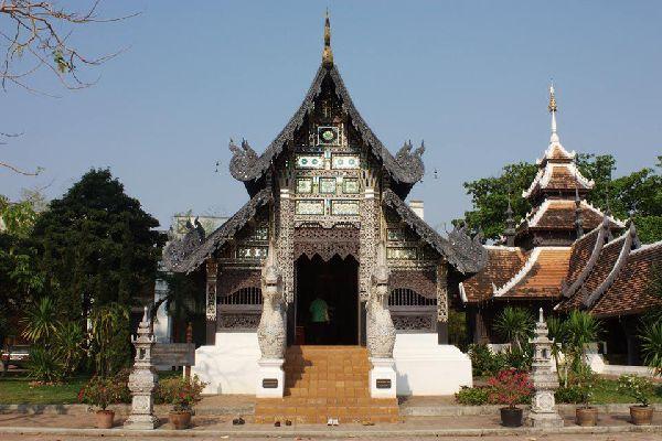 Questo piccolo tempio lanna si trova vicino al più grossa pagoda, Wat Chedi Luang.