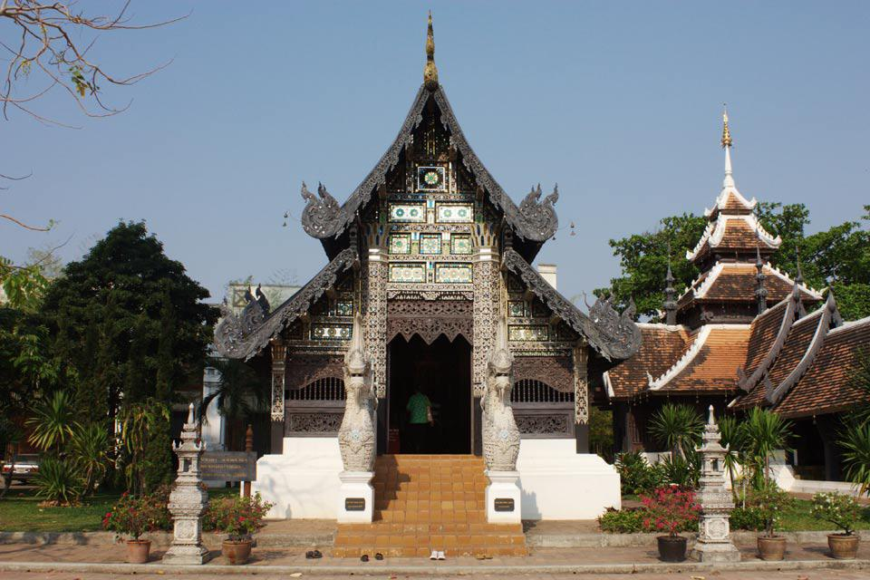 Wat Chedi Luang originally consisted of three temples - the Wat Chedi Luang, the Wat Ho Tham, and the Wat Sukmin.