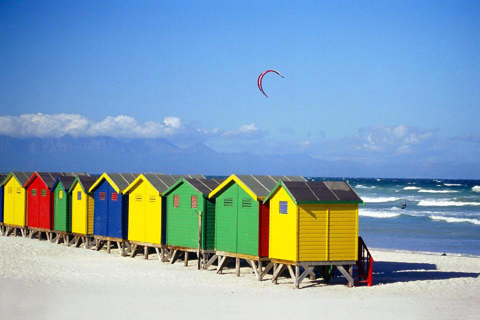 Dominiert von der charakteristischen Silhouette des Tafelberges, ist Kapstadt sicherlich die faszinierendste Stadt Südafrikas. 1652 von den Holländern gegründet, ist diese ehemalige Kolonie zu einer ausufernden Stadt geworden, deren Dynamik den Reisenden in ihren Bann zieht. Vielfältig, kosmopolitisch und immer in Wallung scheint diese Stadt ihre Freude daran zu haben, sich nicht in Schubladen pressen ...