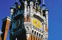 Calais, verdadera puerta a Inglaterra, se sitúa en el canal de la Mancha a menos de 35 kilómetros de las costas inglesas. Orgullosa ciudad de marineros, la capital del encaje nació de la fusión entre dos ciudades en 1885: Calais norte « la burguesa» y Saint-Pierre « la popular». Destruida durante la Segunda Guerra Mundial, ha sabido renacer de sus cenizas convirtiéndose en el ...