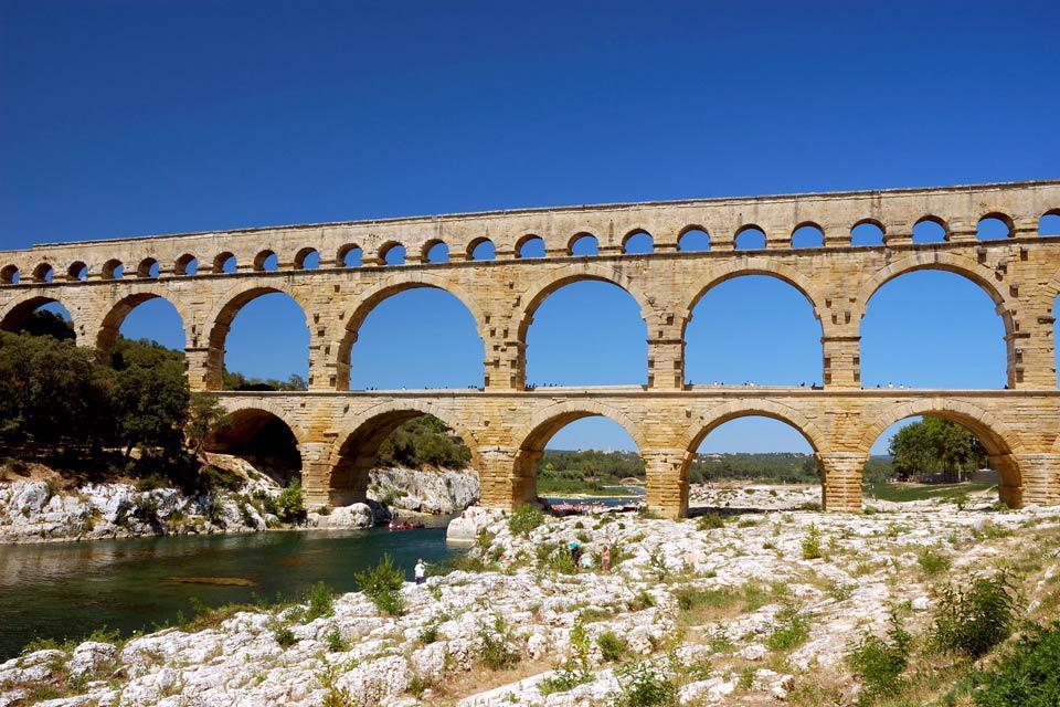 Ville située dans le département du Gard, dans la région Languedoc-Roussillon, Uzès possède un patrimoine culturel et religieux impressionnant. En effet, les Uzétiens et touristes peuvent profiter tout d'abord de monuments tels que le site Antique et Pittoresque de la fontaine d'Eure, le jardin Médiéval, l'Hôtel de ville du XVIIIème siècle, ou encore le Palais Ducal d'Uzès.  Les trois sites les ...