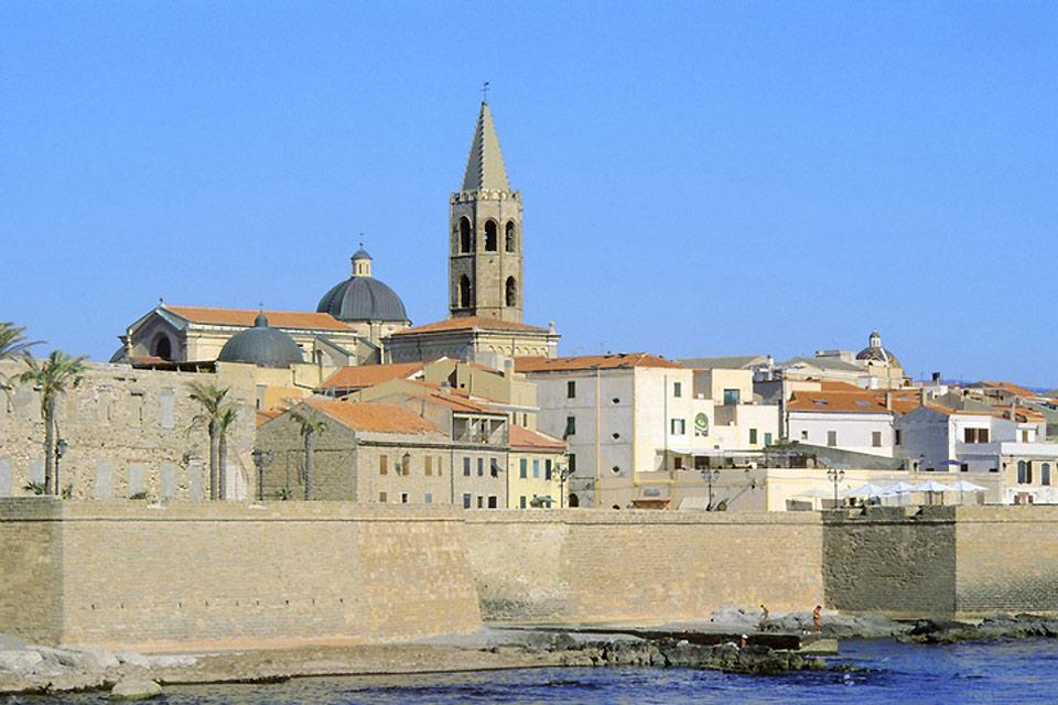 Venendo dal mare si stagliano imponenti i bastioni della città di Alghero: è una delle poche città fortificate italiane ad aver mantenuto circa il 70% delle sue mura