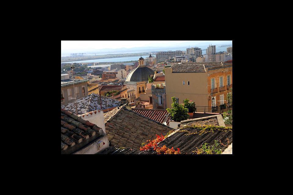 Dall'alto la vista su questa cittadina è emozionante: tetti e cupole si succedono sullo sfondo del Mediterraneo.