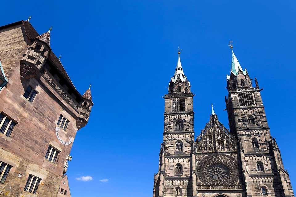 Die Stadt in Mittelfranken besticht nicht nur mit ihrer malerischen Altstadt zu Füssen der prächtigen Kaiserburg. Nein, das historische Erbe der Stadt ist vielschichtiger. Architektur, Kunstreichtümer und Museen halten die Vergangenheit lebendig und machen die Stadt zu einem beliebten Ausflugsziel.  Besonders hervorzuheben sind die bekannten Feste: Beim Nürnberger Chrstkindlesmarkt tummeln sich zur ...