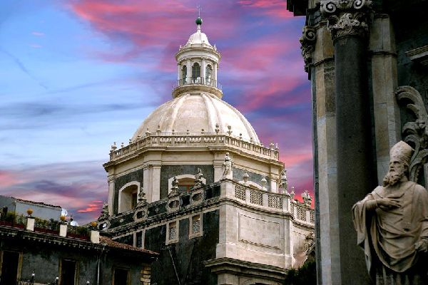 Catania's cathedral is worth seeing, as well as the Piazza del Duomo with its Elephant fountain and the Greco-roman theatre. An exciting, and even bustling city, the first city of Sicily stretches up to the south of Etna. Built on the lava flow of the turbulent volcano, it dates back to the 8th century BC. The tourist sites lie on both sides of the Viale Vittorio Emanuele II. Moving up this vast course ...