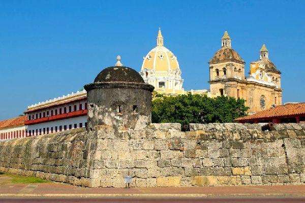 Pour se protéger des pillages la ville fut obligée de construire des murailles, aujourd'hui visitées par de nombreux touristes