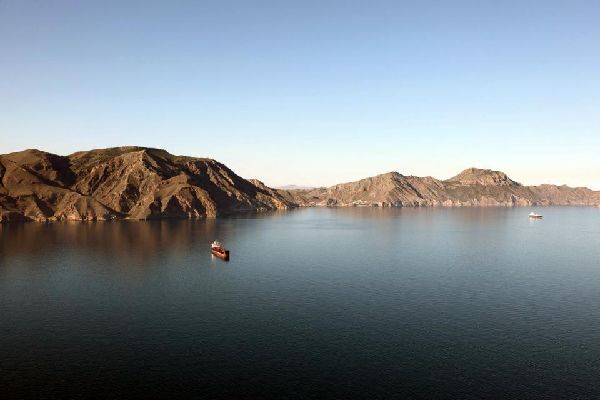 La ville est bordée par des montagnes côtières et pré-côtières.