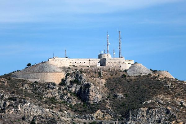 La ville est gardée par les Forts de Las Galerías et de San Julián, qui sont situées sur d'abrupts promontoires rocheux.