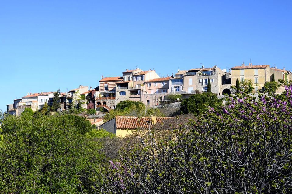 Le Castellet est un village typiquement médiéval situé dans le département du Var. Installé en haut d'une colline entouré par les vignes dont le raisin produit le célèbre vin de Bandol, c'est un lieu très touristique avec des ruelles commerçantes où se succèdent des boutiques de souvenirs, poteries, santons de Provence, bijoux, étoffes, produits du terroir, mais aussi bars, restaurants et crêperies. ...