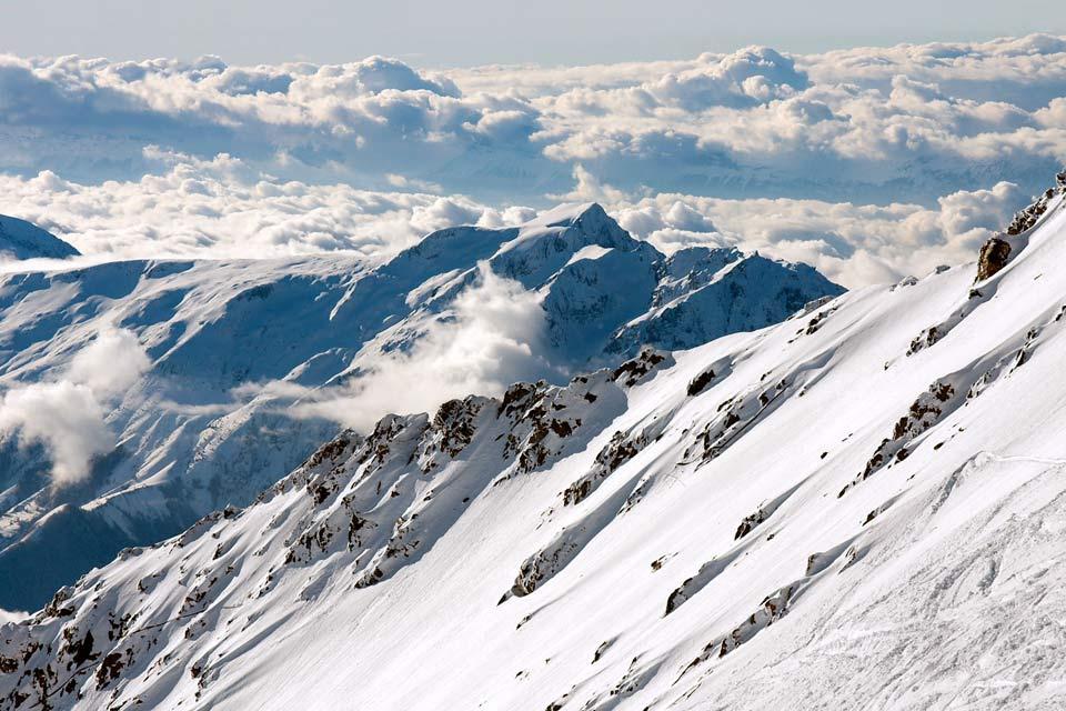 Situé sur le domaine de Grande Rousse, l'Alpe d'Huez est une station réputée des Alpes. Construite en 1939, elle fut réellement développée en 1968. Cette station reconnue pour son domaine skiable fait partie d'un domaine très étendu comprenant Auris-en-Oisans, Vaujany, La Garde, Le Freney d'Oisans, Oz-en-Oisans et Villard-Reculas.  Alors que l'Alpe d'Huez n'a pas beaucoup de charme, les autres villages ...