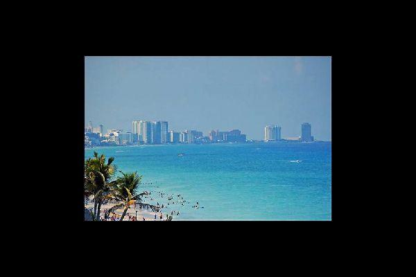 Vista sobre los rascas cielos de Cancún