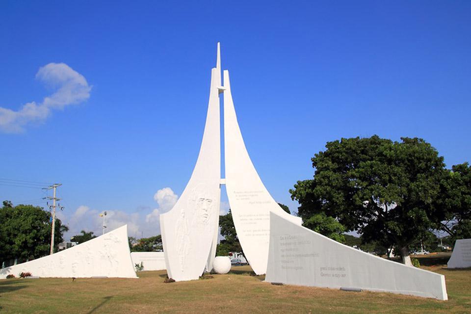 Monumento bianco di Cancun che ricorda la storia del Messico.