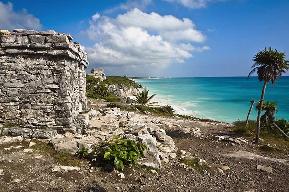 La popolazione locale nel fine settimana si riversa nelle poche spiagge pubbliche di Cancun, ormai tutte privatizzate dai proprietari alberghieri.