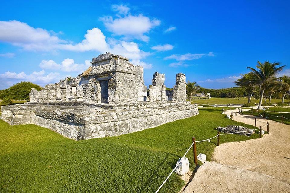 All'interno della città sono conservate numerose testimonianze dei Maya, come le rovine El Rey ed El Meco.