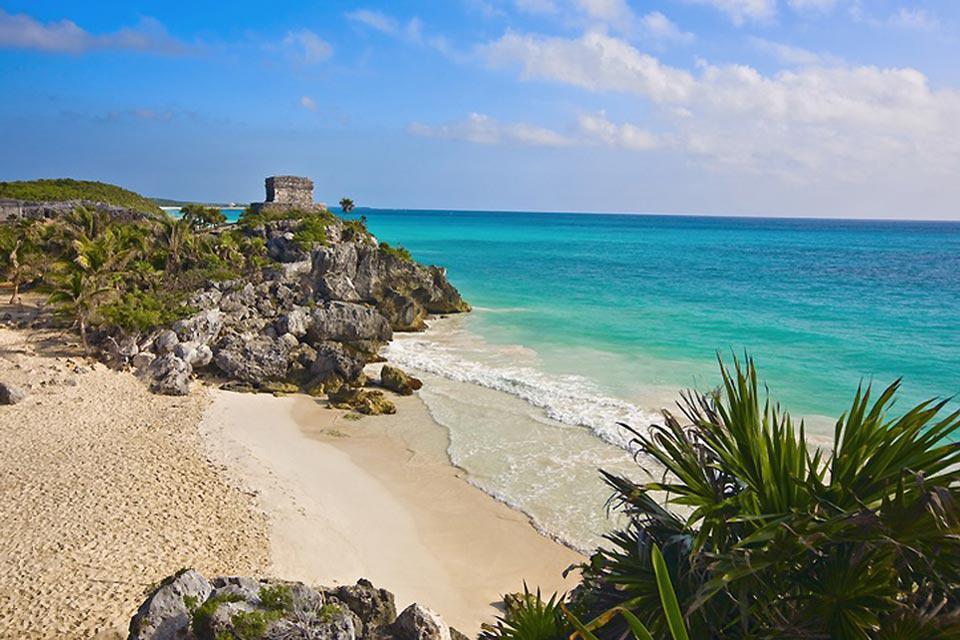 Grazie alle sue spiagge, Cancun attrae numerosi turisti, la maggior parte proviene dagli Stati Uniti e dal Canada.