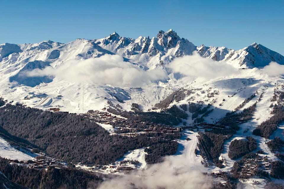 La station de ski de Courchevel n'a pas toujours été le fief des stars. Elle a été créée en 1946 par l'architecte et urbaniste Laurent Chappis et l'ingénieur Maurice Michau dans le but de mettre en valeur le département. Elle est devenue en soixante ans l'une des plus prestigieuses stations de ski à l'instar d'Aspen en Suisse. Même si elle accueille de nombreuses personnalités du show-business, Courchevel ...