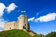 Cardiff, en plus d'en être la capitale, est la plus grande ville et le comté le plus peuplé du pays de Galles.