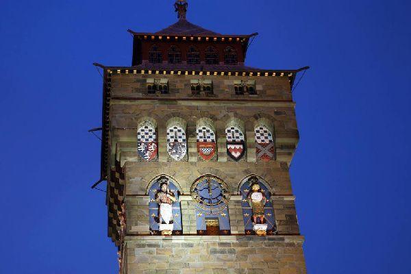 Cardiff, situada al sur del país de Gales, es famosa sobre todo por su castillo. Construido en el sigloXII, y modificado en el sigloXIX, tiene una arquitectura neogótica sorprendente. Las salas están abundantemente adornadas con frescos y esculturas: no te pierdas el ahumadero, que tiene un suelo espléndido de mosaicos, ni la sala de los banquetes, cuyas pinturas murales cuentan la historia ...