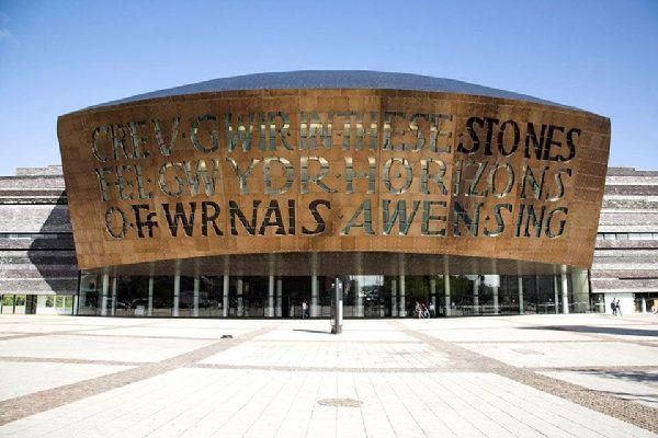 El Millennium Centre, uno de los principales centros culturales del Reino Unido, acoge espectáculos musicales, de ópera, ballet, teatro y arte, entre otros.