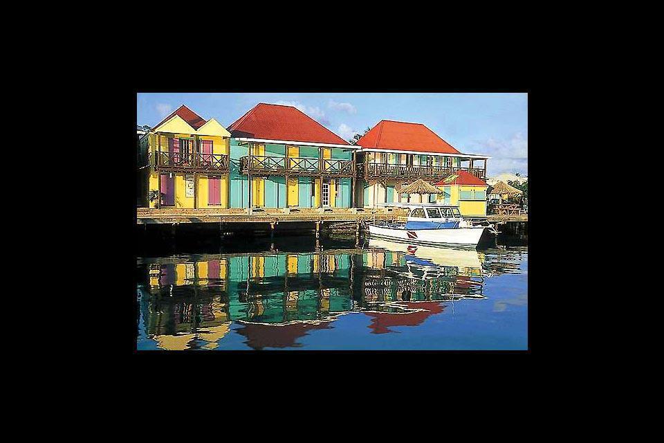 La ville qui donne sur la plus grande baie de l'île a conservé une architecture coloniale avec des maisons en bois aux couleurs pastel.