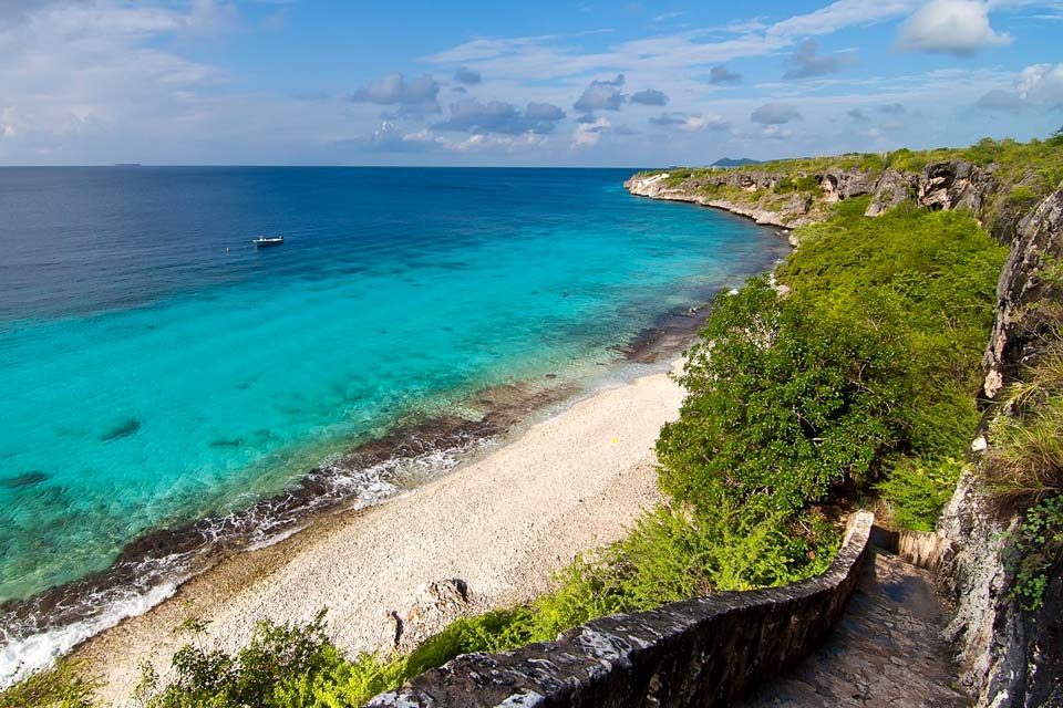 Bonaire, the least inhabited of the islands, has around 8,500 inhabitants. Its capital, Kralendijk, is the only town on the island. To see: its yellow buildings and houses with red roofs that run along the protected bay on the Western side....