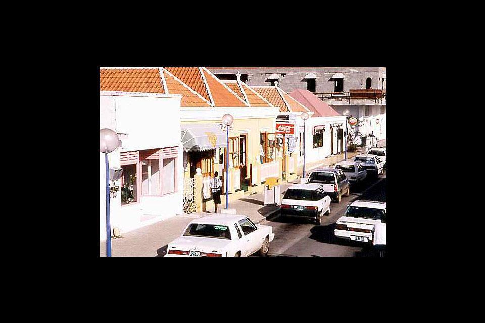 Kralendijk est la seule ville de l'île de Bonaire. La photo illustre les maisons coloniales colorées qui caractérisent le bord de mer.
