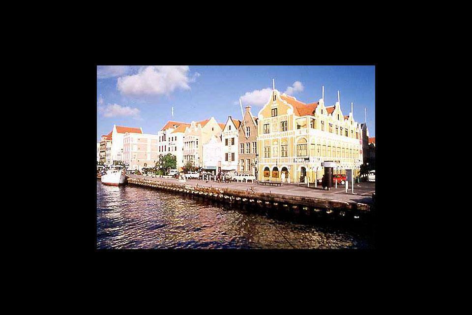 La capitale de l'île, qui donne sur un port naturel, a conservé des édifices de style hollandais aux couleurs pastel.