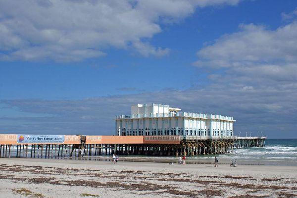 La vue de la jetée de la plage de Daytona Beach est surprenante.