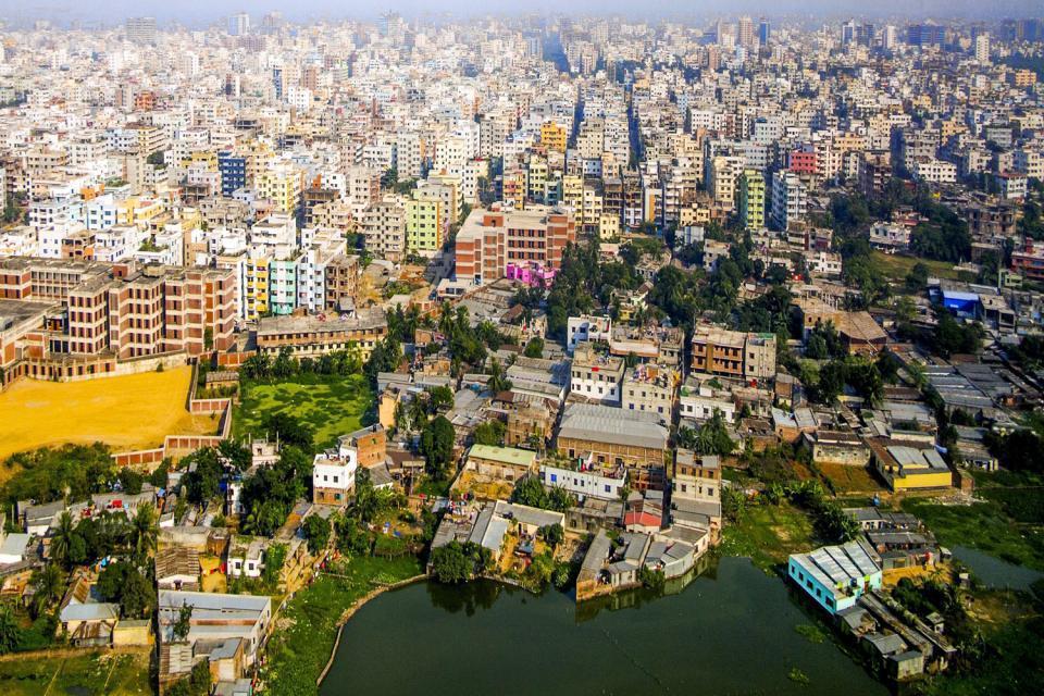 Durant les 30 dernières années, Dacca, la capitale du Bangladesh, a vu le chiffre de sa population exploser : il est passé de un à huit millions d'habitants. C'est l'une des villes les plus peuplées au monde. La mégapole est hantée par des centaines de milliers de