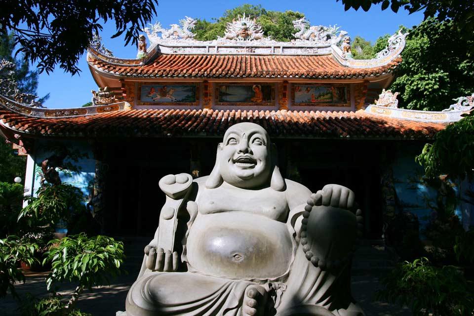 Da Nang, au centre du pays, est une  ville moderne mais vaut le détour pour ses célèbres montagnes de marbre et son musée d'art Cham