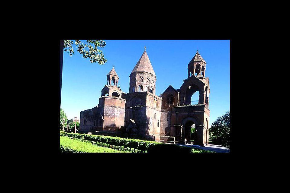 Es handelt sich um das älteste christliche Bauwerk von Armenien (484  n. Chr.)