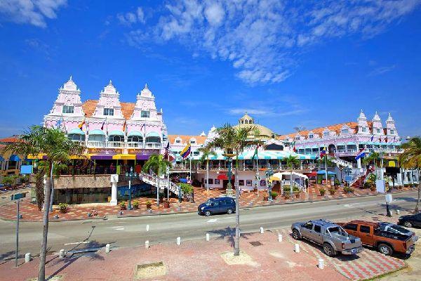 Oranjestad, capitale d'Aruba, la plus petite île avec ses 193 km², possède son marché flottant. À signaler : ses maisons coloniales dans un style qui marie le hollandais à l'espagnol....