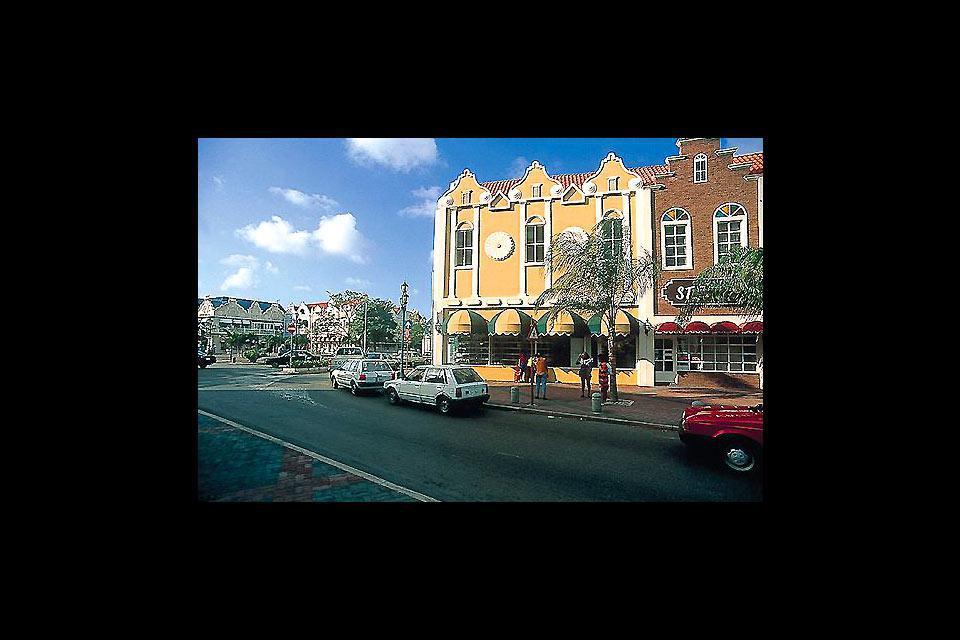 L'architecture particulière de cette ville, capitale de l'île d'Aruba, naît de la fusion des styles hollandais et espagnol.