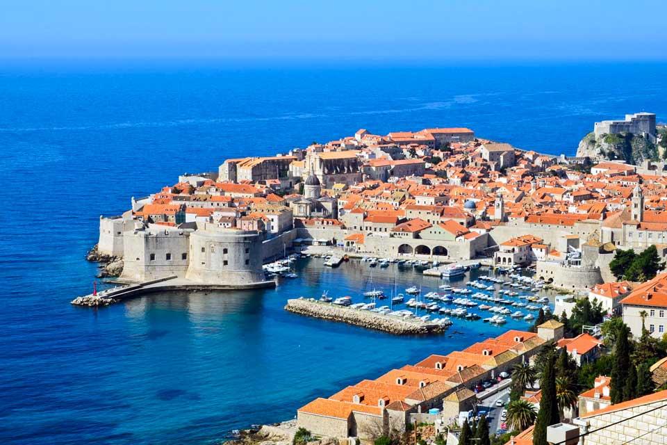 L'intérêt majeur d'un séjour balnéaire dans les environs de Dubrovnik est bien sûr la proximité de la vieille ville, une merveille d'architecture dont on fait facilement le tour à pied. Les amateurs de festivals ne manqueront pas celui de théâtre et de musique qui se tient depuis 1950 du 10 juillet au 25 août, aussi bien dans les rues que dans les églises et palais de la cité.Les ...