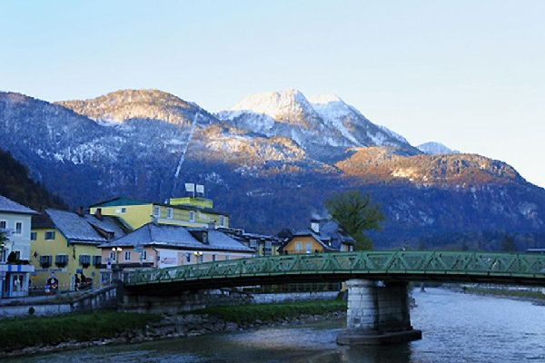 Bad Ischl ist eine berühmte Thermalstation, die zahlreiche Touristen anzieht.