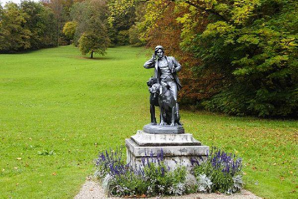 Die Statue im Park der Villa stellt den Kaiser im Jagdaufzug dar.