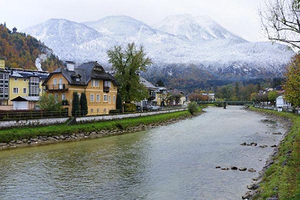 Das österreichische Kaiserehepaar (Franz-Josef und Sissi) verbrachte zahlreiche Badeaufenthalte in diesem Ort, der nach dem vorbeiführenden Fluss Ischl benannt ist.