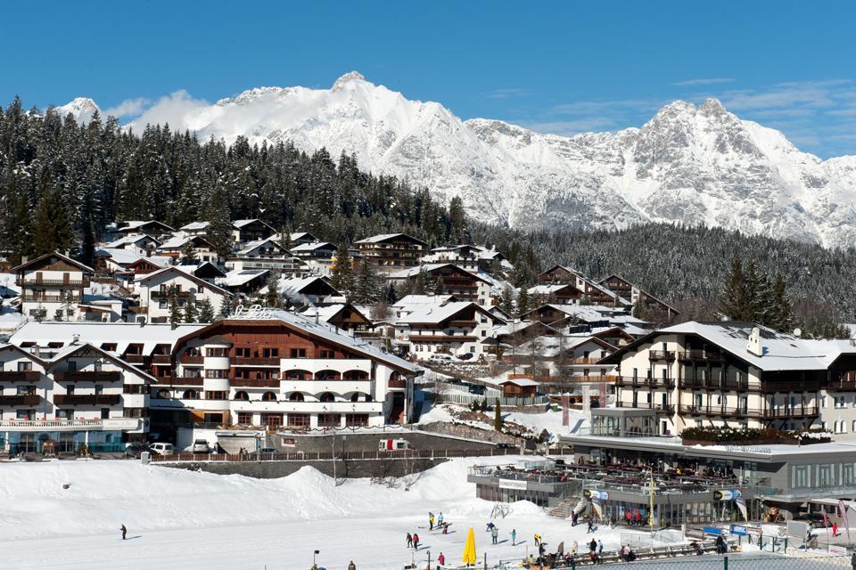 Située à environ 20 kilomètres à l'ouest d'Innsbruck et à environ 10 kilomètres de la frontière allemande, Seefeld in Tirol est une station de sports d'hiver parmi les plus touristiques et les plus prisées de la région. A 1 180 mètres d'altitude, elle est notamment populaire pour ses nombreuses pistes de ski de fond. N'hésitez plus à choisir cette destination familiale pour les amoureux du sport, de ...
